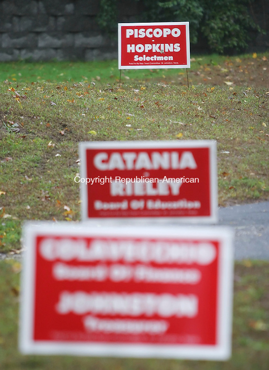 THOMASTON,  CT 12 October 2005 -101205BZ05- Political signs along Rte. 6 in Thomaston.<br />  Jamison C. Bazinet / Republican-American