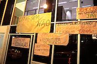 SAO PAULO, SP, 16.07.2013 - PROTESTO ALUNOS / OCUPAÇÃO SEDE UNESP - Alunos em protesto ocupam a sede da Universidade Estadual Paulista (UNESP), na Rua Quirino de Andrade em São Paulo (SP), nesta terça-feira (16). A Polícia Militar negocia neste momento a desocupação do prédio. Os invasores prometem manter a ocupação durante a madrugada. (Foto: Marcelo Brammer / Brazil Photo Press).
