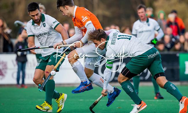 BLOEMENDAAL - Yannick van der Drift (Bldaal) met Sean Murray (R'dam) en Jeroen Hertzberger (Rdam)  tijdens  hoofdklasse competitiewedstrijd  heren , Bloemendaal-Rotterdam (1-1) .COPYRIGHT KOEN SUYK