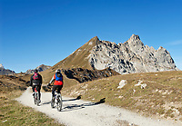 Schweiz, Graubuenden, Klosters: Mountainbiker vor dem Gotschnagrat, dem Hausberg Klosters | Switzerland, Graubuenden, Klosters: mountainbiker at Gotschna mountain