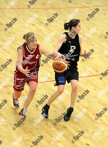 2011-02-13 / Basketbal / seizoen 2010-2011 / SKW - Groot Willebroek / Karen Hendrickx (BG Willebroek) met eens steal op Freya Mertens ..Foto: mpics