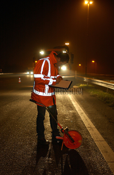 GORINCHEM - Nachtelijke asfalteringswerkzaamheden tijdens werkzaamheden aan diverse snelwegen.  COPYRIGHT TON BORSBOOM
