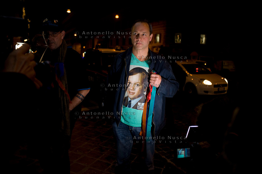 Peter Blenkiron, una delle vittime di abusi sessuali mostra una maglietta con impressa la sua foto all'et&agrave; in cui aveva ricevuto gli abusi. <br /> Peter Blenkiron, a victim of priestly sex abuse, wears a t-shirt showing him at the age in which he was abused, arrives at the Quirinale hotel. Cardinal George Pell, the pope&rsquo;s chief financial adviser, told the royal commission in three days of evidence this week that he was deceived twice by church authorities about child abuse allegations against priests Gerald Ridsdale and Peter Searson.