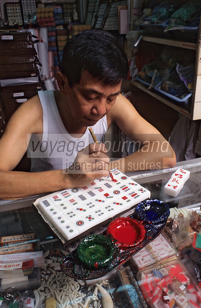 """Asie/Singapour/Singapour: Chinatown - Artisan au marché peignant le jeu de """"Mah Jong"""""""