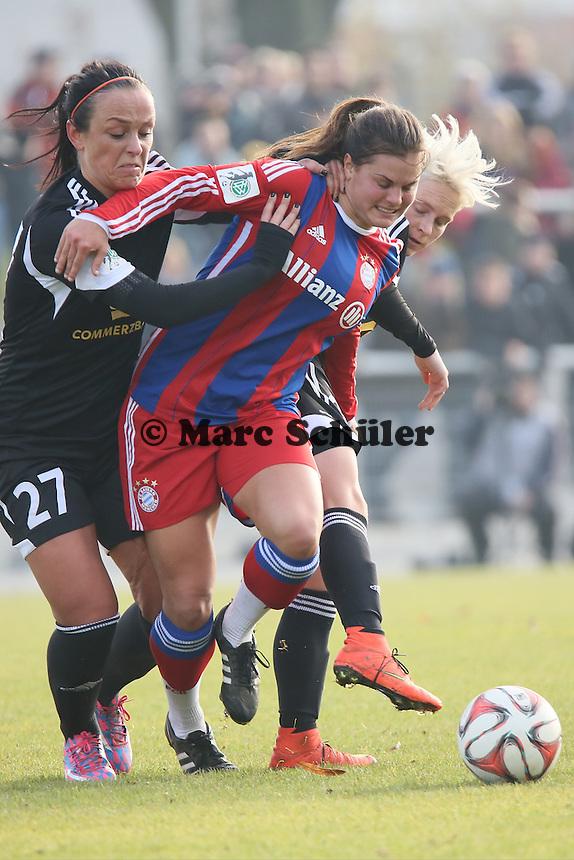 Katherine Stengel (Bayern) gegen Peggy Kuznik und Jessica Fishlock (FFC) - 1. FFC Frankfurt vs. FC Bayern Muenchen, Stadion am Brentanobad