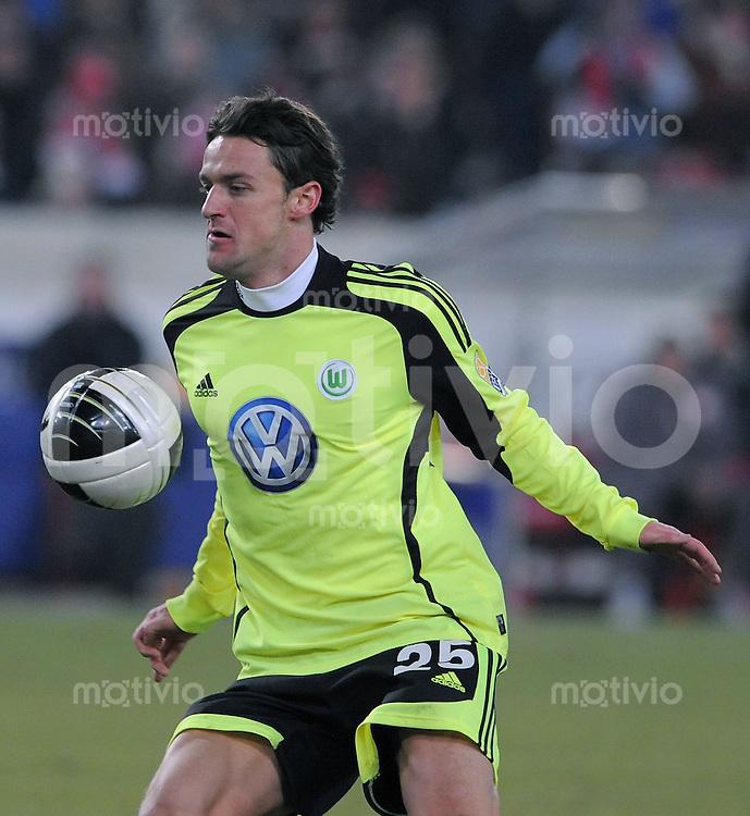 Fussball 1. Bundesliga   Saison   2009/2010  18. Spieltag  16.01.2010 VfB Stuttgart - VfL Wolsfburg Christian Gentner  (VfL Wolfsburg) am Ball