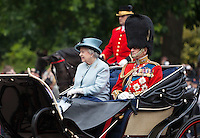 United Kingdom, London: Trooping the Colour, Queen Elizabeth 2nd and Prince Philip in carriage along The Mall | Grossbritannien, England, London: Trooping the Colour, alljaehrliche Militaerparade am zweiten Samstag im Juni zu Ehren des Geburtstages der britischen Koenige und Königinnen, Koenigin Elisabeth II. und Prinz Philip fahren in einer offenen Kutsche The Mall entlang