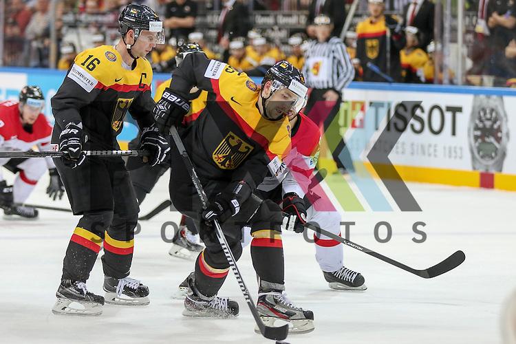 Deutschlands Baxmann, Jens (Nr.15)(Eisbaeren Berlin) erobert den Puck im Spiel IIHF WC15 Deutschland vs. Oestereich.<br /> <br /> Foto &copy; P-I-X.org *** Foto ist honorarpflichtig! *** Auf Anfrage in hoeherer Qualitaet/Aufloesung. Belegexemplar erbeten. Veroeffentlichung ausschliesslich fuer journalistisch-publizistische Zwecke. For editorial use only.