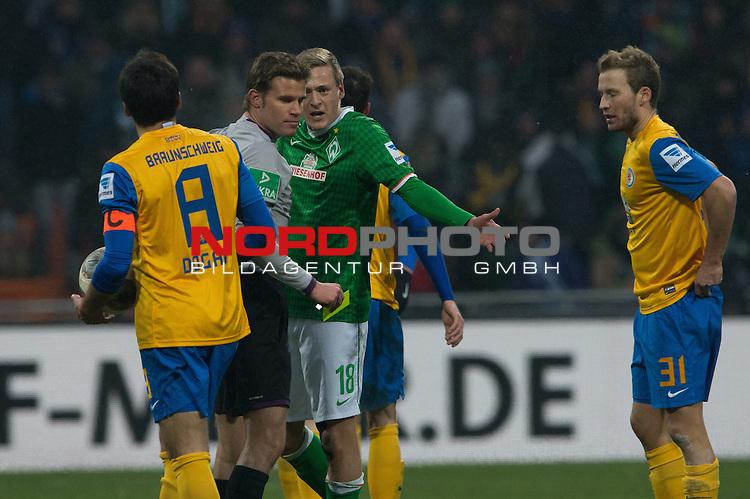 26.01.2014, Weser Stadion, Bremen, GER, 1.FBL, Werder Bremen vs Eintracht Braunschweig, im Bild<br /> <br /> gelbe Karte f&uuml;r Felix Kroos (Bremen #18)<br /> Dr. Felix Brych (Schiedsrichter)<br /> Deniz Dogan (Braunschweig #8)<br /> Marc Pfitzner (Braunschweig #31)<br /> <br /> Foto &copy; nordphoto / Kokenge