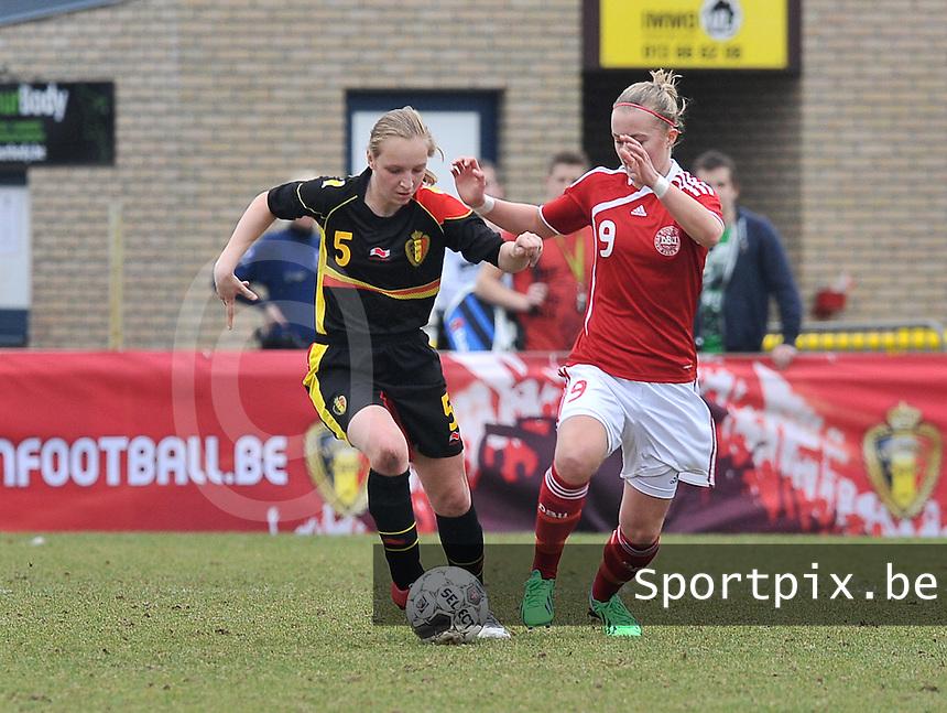 Denmark U17 - Belgium U17 : .Inne De Smet in duel met Sarah Hansen (rechts).foto DAVID CATRY / Vrouwenteam.be