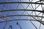 Foto: VidiPhoto<br /> <br /> ARNHEM - In Burgers' Zoo in Arnhem worden maandag de stalen spanten bevestigd voor een enorme koepel van de grootste overdekte mangrove ter wereld. In totaal wordt 250 ton gegalvaniseerd staal omhoog gehesen voor een hal van 3000 vierkante meter groot voor zeekoeien, vlinders, vogels en krabben. Komende zomer moet het project klaar zijn. Burgers' Mangrove wordt in eigen beheer gebouwd. De staalconstructie wordt geleverd door Moeskops Staalbouw uit Bergeijk, waarbij iedere spant op een afwijkende maat gemaakt moet worden. Voor het enorme bassin van de Caribische zeekoeien is 2000 kuub grond uitgegraven. Daarom komt straks 1 miljoen liter water. De bouwkosten bedragen 5 miljoen euro.