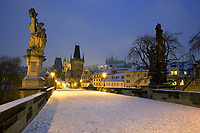 Tschechien, Boehmen, Prag: Winter in Prag, verschneite Karlsbruecke, im Hintergrund der Hradschin und die Prager Burg | Czech Republic, Bohemia, Prague: Charles Bridge, started by Charles 4th in 1357, Looking towards the Hradcany district and Prague Castle in the snow with statues from the 17th century