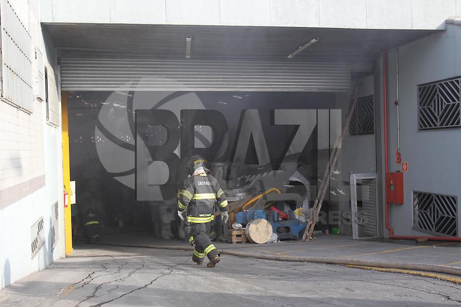 SAO PAULO, SP, 24/02/2013, INCENDIO AGUA RASA. Uma empresa que fica na Rua Serra da Piedade 283 no bairro da Agua Rasa, pegou fogo na manha desse domingo (24). A rapida acao dos Bombeiros evitou que a empresa fosse toda destruida.Nao houve vitimas FOTO: LUIZ GUARNIERI/ BRAZIL PHOTO PRESS.