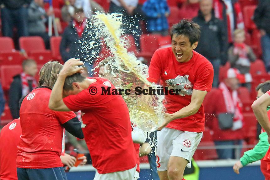 Ja-Cheol Koo (Mainz) durcht Christoph Moritz mit Bier - 1. FSV Mainz 05 vs. Hamburger SV, Coface Arena, 34. Spieltag
