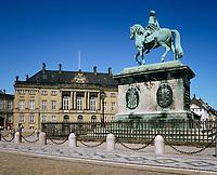 Denmark, Zealand, Copenhagen: Amalienborg Palace and equestrian statue of Frederik 5th | Daenemark, Insel Seeland, Kopenhagen: Amalienborg Palast und das Reiterstandbild Frederik V.