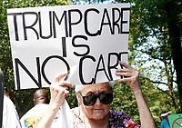 AGX01. NUEVA YORK (EE.UU.), 22/06/2017.- Defensores del sistema de salud participan en una vigilia en contra del presidente estadounidense Donald Trump hoy, jueves 22 de junio de 2017, a las afueras del Hotel Internacional Trump y la Torre Columbus Circle en Nueva York (EE.UU.). EFE/ANDREW GOMBERT