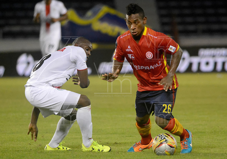 BARRANQUILLA- COLOMBIA - 12-09-2015: Pablo Rojas (Der) jugador de  Uniautonoma disputa   balon con Juan David Campo de Cortulua  durante partido  por la fecha 12 de la Liga Aguila II 2015 jugado en el estadio Metropolitano / Pablo Rojas (R)  player of Uniautonoma fights the ball against Juan David Campo (L) of Cortulua during a match for the twelfth date of the Liga Aguila II 2015 played at Metropolitano  stadium in Barranquilla  city. Photo: VizzorImage / Alfonso Cervantes / Cont