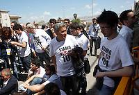 I dissidenti di OccupyPd all'esterno dell'Assemblea Nazionale del Partito Democratico a Roma, 11 maggio 2013..UPDATE IMAGES PRESS/Riccardo De Luca
