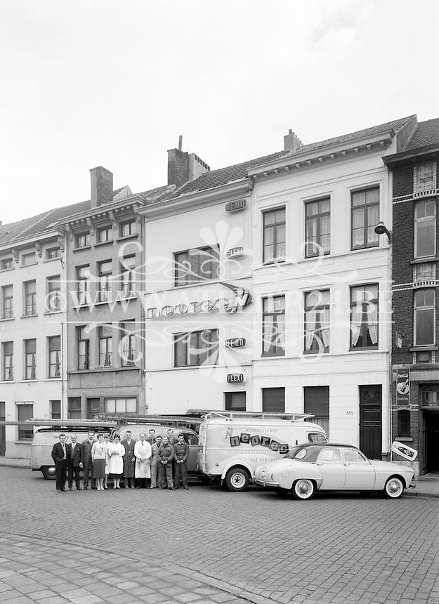 April 1959. Lange Lobroekstraat 236 in Antwerpen. Neorec gespecialiseerd in lichtreclame.