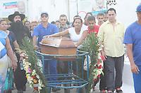 RIO DE JANEIRO, RJ, 18.08.2015 - CRIME-RJ - Funeral de Mariane Santos da Silva de 24 anos no Cemitério de Irajá na região norte do Rio de Janeiro, nesta terça-feira,18. Mariane foi morta após assalto na saída de uma agencia bancária próxima ao nas proximidades da Central de Abastecimento do Estado do Rio de Janeiro (Ceasa-RJ) onde trabalhava, um segurança que estava com ela também foi morto na ação. (Foto: Celso Barbosa/Brazil Photo Press)