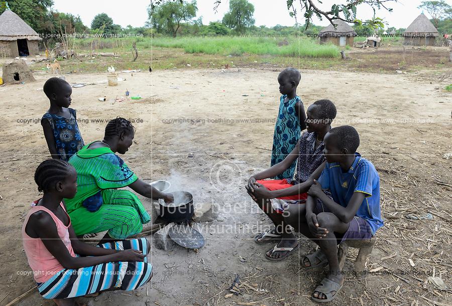 ETHIOPIA, Gambela, region Itang, Nuer village Pilual, boy Bhan 12 years old and his family / AETHIOPIEN, Gambela, Region Itang, Dorf Pilual der Ethnie NUER, Hof von Herr Mun Kunen und Frau Neelam , sie sind vor dem Buergerkrieg aus dem Suedudan gefluechtet, Sohn Bhan 12 Jahre mit Eltern und Geschwistern