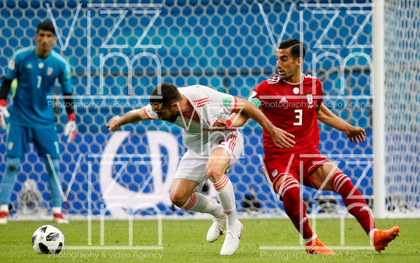 KAZAN - RUSIA, 20-06-2018: Ehsan HAJI SAFI (C) (Der) jugador de RI de Irán disputa el balón con Dani CARVAJAL (Izq) jugador de España durante partido de la primera fase, Grupo B, por la Copa Mundial de la FIFA Rusia 2018 jugado en el estadio Kazan Arena en Kazán, Rusia. /  Ehsan HAJI SAFI (C) (R) player of IR Iran fights the ball with Dani CARVAJAL (L) player of Spain during match of the first phase, Group B, for the FIFA World Cup Russia 2018 played at Kazan Arena stadium in Kazan, Russia. Photo: VizzorImage / Julian Medina / Cont