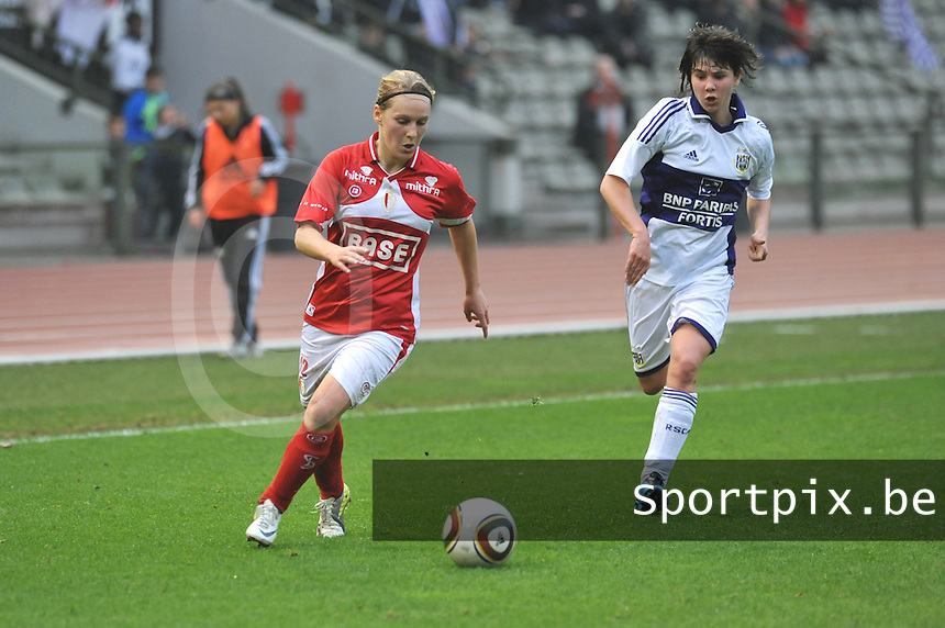 RSC Anderlecht Dames - Standard Femina de Liege : Julie Gregoire aan de bal voor Annelies Van Loock.foto JOKE VUYLSTEKE / Vrouwenteam.be