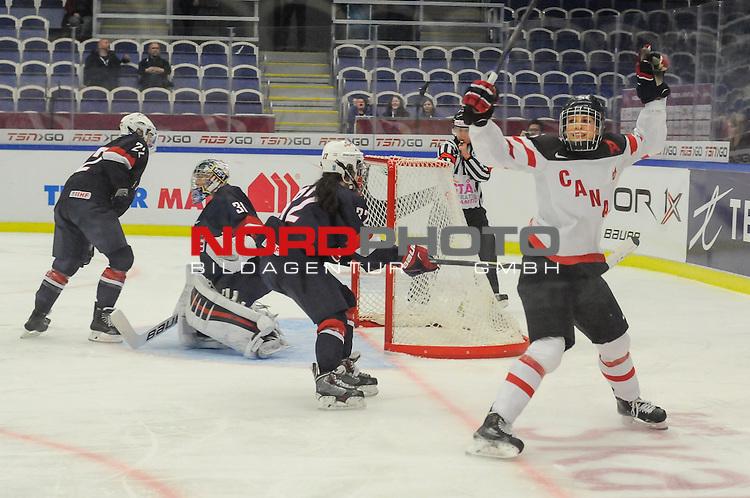 04.04.2015, Malm&ouml; Ishall, Malm&ouml; , SWE, IIHF Eishockey Frauen WM 2015, USA vs Canada (CAN), im Bild, Finale, Torjubel von Rebecca JOHNSTON (#6, CAN)<br /> <br /> ***** Attention nur f&uuml;r redaktionelle Berichterstattung *****<br /> <br /> Foto &copy; nordphoto / Hafner