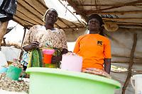 Jaqueline Okelo (Südsudan, links) mit Bettie (Uganda, rechts) auf ihrem gemeinsamen Marktstand im BidiBidi Flüchtlingslager in Uganda. Über eine Million Südsudanesen sind nach Uganda geflüchtet.