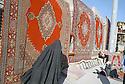 Irak 2000.Les marchands de tapis iraniens de contrebande au pied de la citadelle d'Erbil.Carpets' dealer in Erbil