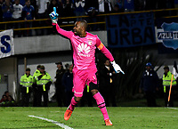 BOGOTÁ - COLOMBIA, 02-09-2018: Robinson Zapata, guardameta de Independiente Santa Fe (COL), celebra la clasificación  a la siguiente fase luego de vencer a Millonarios (COL),  por definiciones desde el punto penal, durante partido Millonarios (COL) y el Independiente Santa Fe (COL), de vuelta de los octavos de final, llave A por la Copa Conmebol Sudamericana 2018, en el estadio Nemesio Camacho El Campin, de la ciudad de Bogotá. / Robinson Zapata, goalkeeper of Independiente Santa Fe (COL), celebrates the classification to the next phase after beating to Millonarios (COL) by definitions from the penal point, match of the second leg between Millonarios (COL) and Independiente Santa Fe (COL), of the eighth finals, key A for the Conmebol Sudamericana Cup 2018 in the Nemesio Camacho El Campin stadium in Bogota city. Photo: VizzorImage / Luis Ramírez / Staff.