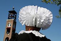 SPAKENBURG- Elk jaar vinden in de zomer de Spakenburgse Dagen plaats. Vier woensdagen met folkloristische activiteiten  en veel mensen in klederdracht. Vrouw in klederdracht uit Nunspeet . De geplooide muts wordt ook wel Floddermuts genoemd
