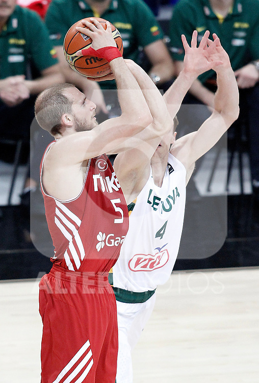Lithuania's Martynas Pocius (r) and Turkey's Sinan Guler during 2014 FIBA Basketball World Cup Quarter-Finals match.September 9,2014.(ALTERPHOTOS/Acero)