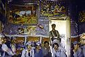 Irak 1985.Dans les zones libérées, région de Lolan, peshmergas reçus dans une maison.Iraq 1985.In liberated areas, Lolan district, peshmergas visiting a private house