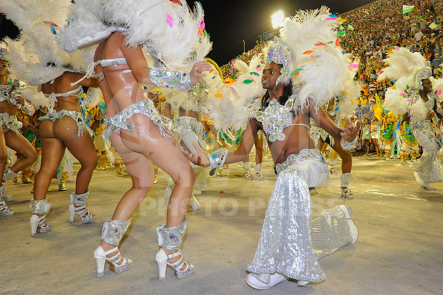 RIO DE JANEIRO, RJ, 20 DE FEVEREIRO 2012 - CARNAVAL 2012 - DESFILE MOCIDADE INDEPENDENTE DE PADRE MIGUEL - Desfile da Escola de Samba Mocidade Independente de Padre Miguel no primeiro dia de desfiles das Escolas de Samba do Grupo Especial do Rio de Janeiro, no sambódromo da Marques de Sapucaí, no centro da cidade, neste domingo.  (FOTO: GLAICON EMRICH - BRAZIL PHOTO PRESS).