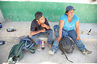 Sasabe Confine Arizona Messico Coppia di messicani aspetta la sera per ritentare la traversata del deserto per entrare illegalmente negli Stati Uniti<br />