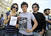 """Roma 7 Giugno 2010.Piazza Navona.Artisti, scrittori, attori, manifestano contro i tagli alla cultura della manovra finanziaria..""""cultura: omicidio di stato"""".Artists, writers, actors, demonstrating against the cuts to the culture of fiscal consolidation..Culture: state murder """"."""