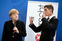 Bundeskanzlerin Angela Merkel (CDU) empf&auml;ngt am Mittwoch (17.09.14) in Berlin den Preistr&auml;ger Sonderpreises des 49. Bundeswettbewerbs &quot;Jugend forscht&quot;, Leonard Bauersfeld (16)<br /> Foto: Axel Schmidt/CommonLens