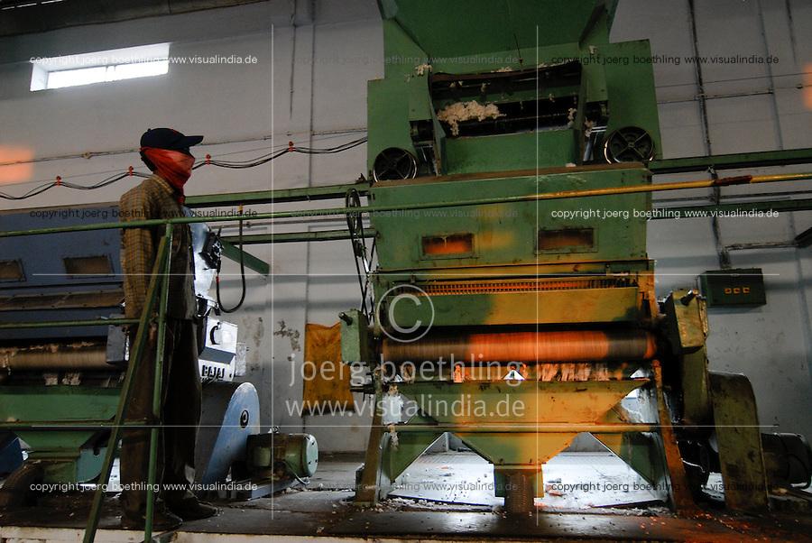 INDIEN Madhya Pradesh , bioRe Projekt fuer biodynamischen Anbau von Baumwolle in Kasrawad , Entkernungsfabrik / INDIA Madhya Pradesh , organic cotton project bioRe in Kasrawad, ginning factory