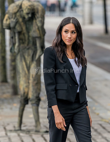 Meghan, The Duchess of Sussex at the bank of the River Liffey in Dublin, on July 11, 2018, at the Famine Memorial on the last of a 2 days visit to Dublin  <br /> Photo : Albert Nieboer / /DPA /MediaPunch ***FOR USA ONLY***
