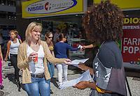 CURITIBA, PR, 12 DE NOVEMBRO DE 2013 – MANISFESTAÇÃO DE REPÚDIO - Manifestante entrega a população a carta de repúdio contra suspensão do feriado da Consciência Negra, na tarde desta terça-feira (12), em frente ao prédio da à ACP, em curitiba, Pela derrubada da iliminar que suspende a data do feriado solicitado pela à ACP e ao SINDUSCON. FOTO: PAULO LISBOA / BRAZIL PHOTO PRESS