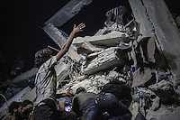 In this Sunday, Sep. 22, 2013 photo, Syrian villagers struggle for removing the debris of a shattered bulding as they attempt to rescue the members of one family (not pictured), victims of an airstrike, after a helicopter dropped a bomb over Al Havit, a village located few kilometers from Kafr Nabudah, a village turned into a battlefield where clashes between troops loyal to president Bashar Al-Assad and opposition fighters have broken out as many opposition armed groups launched a coordinated attack over the Syrian army positions in the Idlib province countryside, Syria. (Photo/AP).
