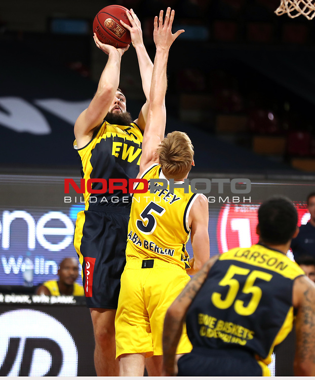 #45 Nathan Boothe von Baskets Oldenburg , #5 Niels Giffey von Alba Berlin  <br /> Basketball, nph0001 1.Bundesliga BBL-Finalturnier 2020.<br /> Halbfinale Spiel 2 am 24.06.2020.<br /> <br /> Alba Berlin vs EWE Baskets Oldenburg <br /> Audi Dome<br /> <br /> Foto: Christina Pahnke / sampics  / POOL / nordphoto<br /> <br /> National and international News-Agencies OUT - Editorial Use ONLY