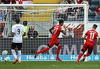 celebrate the goal, Torjubel zum 0:1 von Davie Selke (Hertha BSC Berlin) nach dem Treffer per Elfmeter gegen Torwart Lukas Hradecky (Eintracht Frankfurt) - 21.04.2018: Eintracht Frankfurt vs. Hertha BSC Berlin, Commerzbank Arena