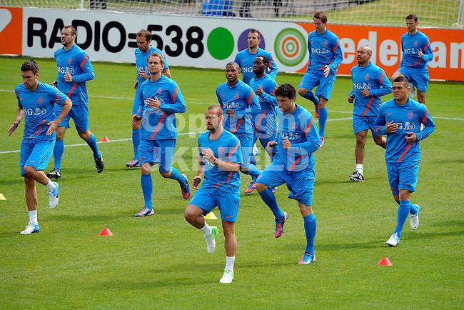 LAUSANNE - Trainingskamp Nederlands Elftal in Zwitserland in het Stade Juan-Antonio Samaranch, voorbereiding EK 2012, 18-05-2012, oefening tijdens training met Wesley Sneijder, Mark van Bommel, Wilfred Bouma.Links Kevin Strootman
