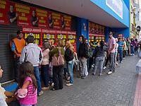CURITIBA, PR, 06 DE JANEIRO 2012 – PROMOÇÃO – Muitas pessoas levantaram cedo nesta sexta-feira (6), em Curitiba, para aproveitarem os descontos promovidos por algumas lojas de eletrodomésticos. <br /> (FOTO: ROBERTO DZIURA JR./ NEWS FREE)