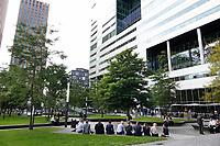 Nederland Amsterdam -  2018 . Lunch aan de Zuias. Rechts de Ito toren. Foto Berlinda van Dam / Hollandse Hoogte<br /> <br /> Beelddatum09-05-2018