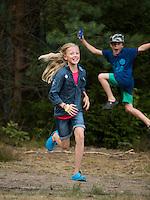 20140805 Vilda-l&auml;ger p&aring; Kragen&auml;s. Foto f&ouml;r Scoutshop.se<br /> scout, scouter, springer, hoppar, tv&aring;, skog, tr&auml;d, gr&auml;s, dag