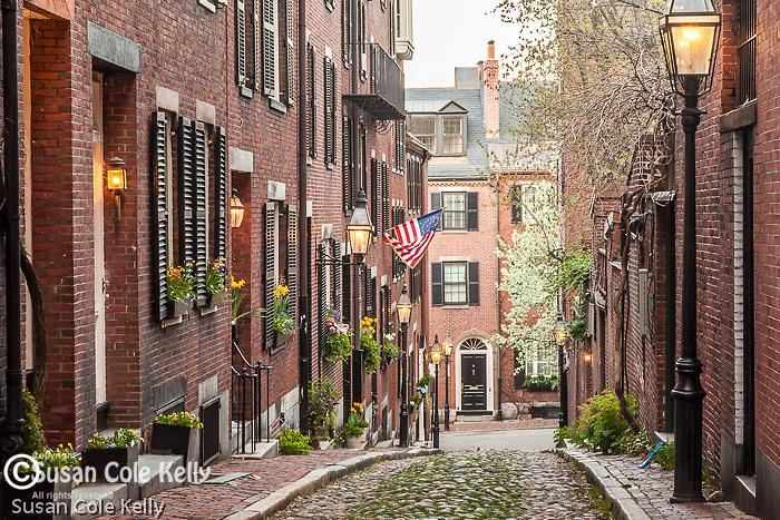 Cobblestoned Acorn Street on Beacon Hill, Boston, MA, USA