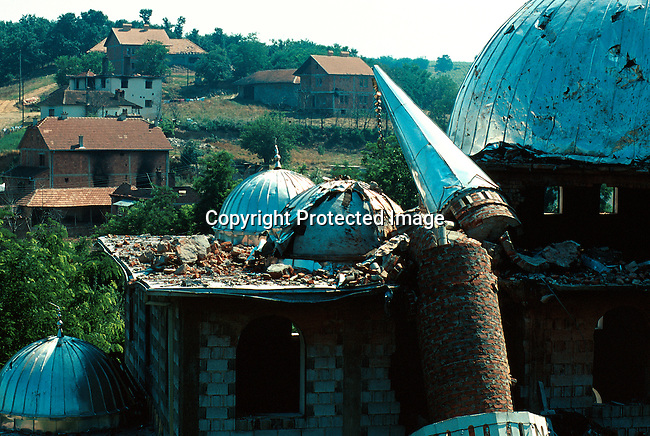 A destroyed mosk outside Pritzren, Kosovo. It was detroyed by the Serbs during their terror campaign in 1998-99..Photo: Per-Anders Pettersson (ppettersso@aol.com)